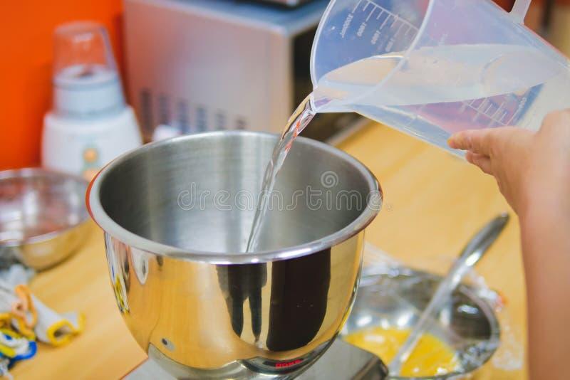 Cours de cuisson, préparation devant la classe images stock