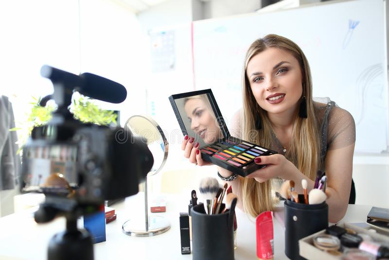 Cours de enregistrement de beauté de vidéo de jeune Blogger image stock