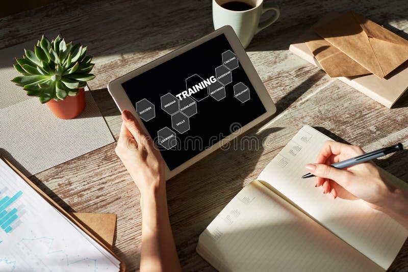 Cours de formation, apprentissage en ligne, concept d'éducation sur l'écran des appareils images libres de droits