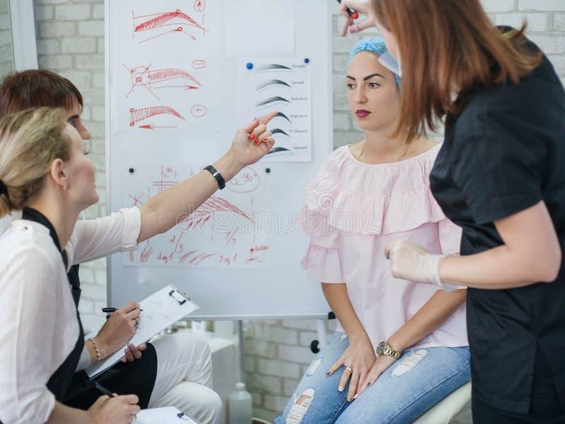 Cours de maquillage permanent stagiaires de conception de sourcils photos libres de droits