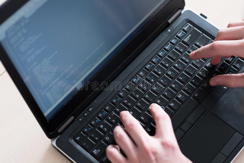 Cours de programmeur dactylographiant le logiciel d'ordinateur portable de code images libres de droits