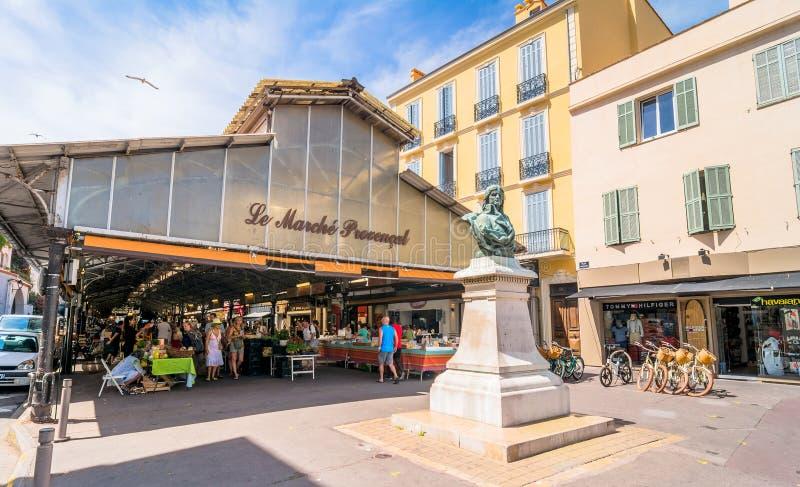 Cours Massena provencal marknad i den gamla staden, Antibes arkivfoto