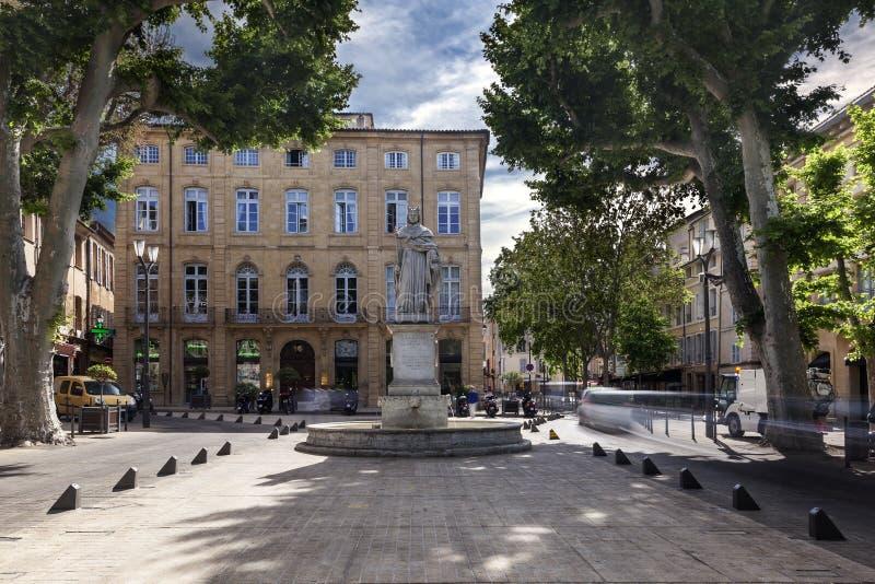 Cours Mirabeau com a estátua do rei Rene em Aix en Provence imagens de stock royalty free