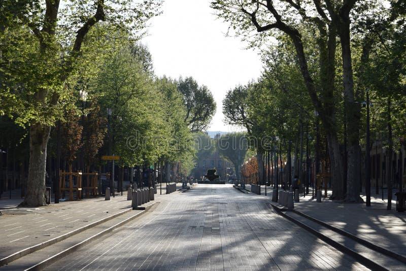 Cours Mirabeau på en lat söndag morgon i vår arkivfoto