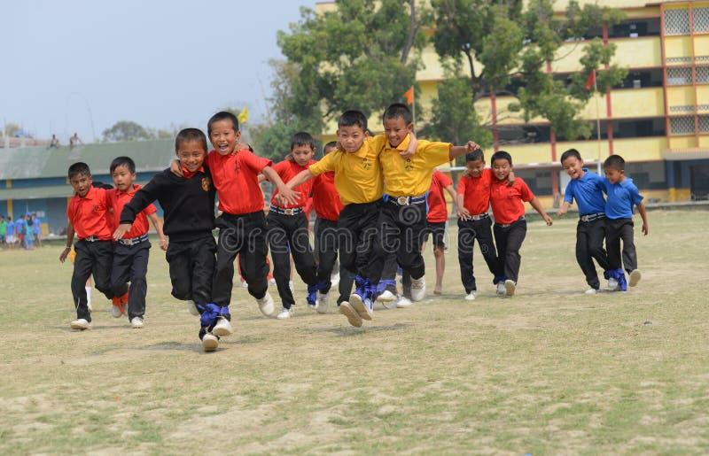 3 course à jambes, concurrence, écoliers concurrençant, participation photographie stock libre de droits