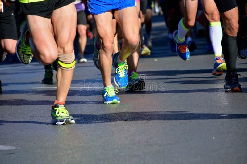 Course courante de marathon, pieds de personnes dans des chaussures image libre de droits