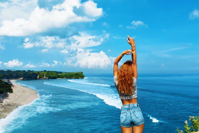 Course d'été Femme libre heureuse détendant par la mer Concept de liberté photographie stock