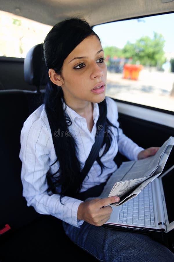 Course d'affaires : femme d'affaires dans la limousine image stock