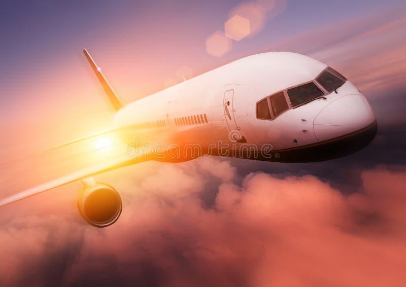 Course d'avion de coucher du soleil photographie stock libre de droits