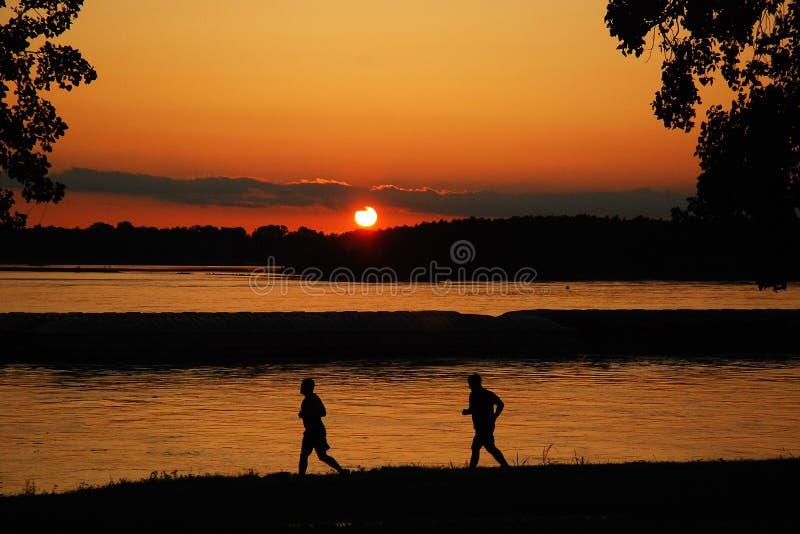 Course de coucher du soleil image libre de droits
