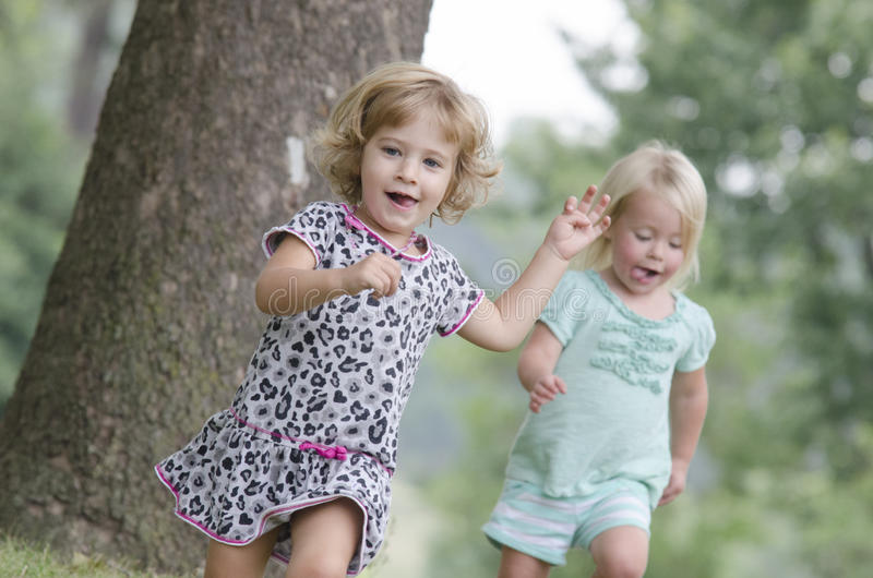Course de deux filles photo stock