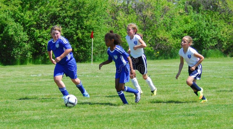 Course de footballeurs de la jeunesse de filles au but images stock