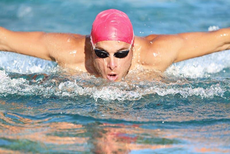 Course de nageur de papillon d'athlète d'homme de natation images stock