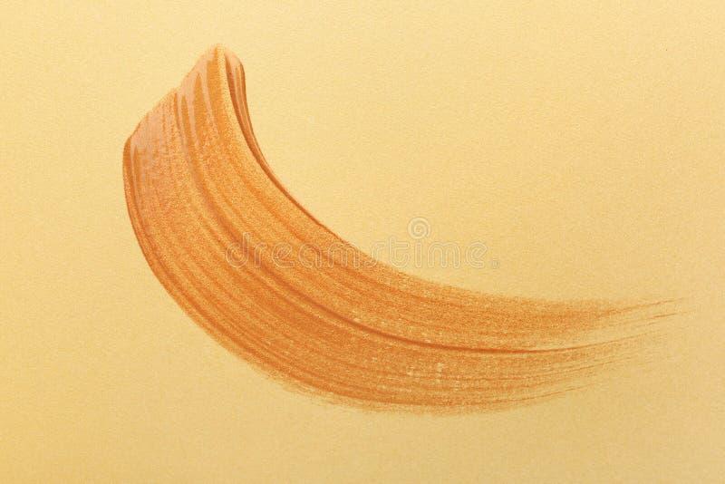 Course de peinture d'or sur le fond de couleur photographie stock