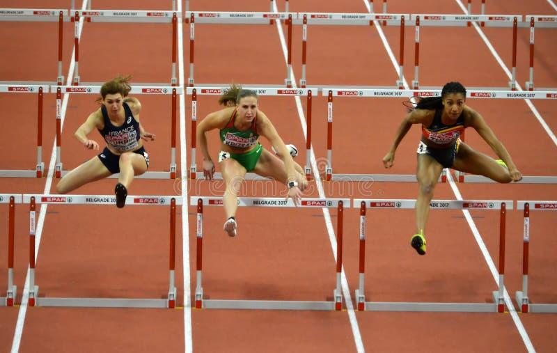Course de qualification pour des obstacles du ` s 60m de femmes photo libre de droits