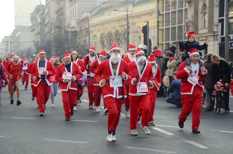 Course de Santa Clauses à Belgrade, Serbie images libres de droits