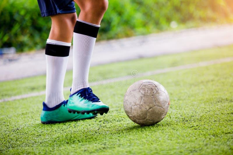 Course de vitesse de footballeur pour tirer la boule au but sur le gazon artificiel photographie stock