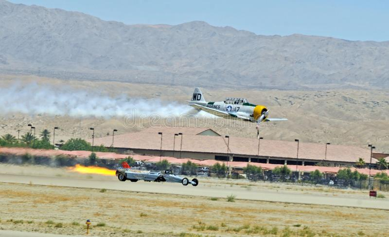 Course entre Jet Powered Dragster et Texas Trainer image stock