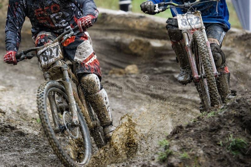 Course inclinée de vélo de boue de Mountainbiker image stock