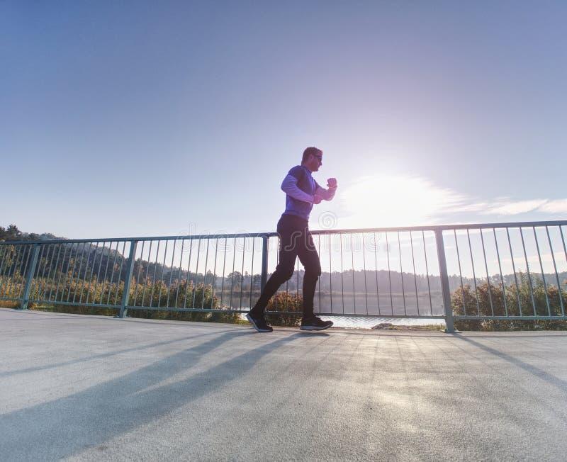 Course sportive d'homme vers le haut du pont Concept de sport et de mode de vie photo libre de droits