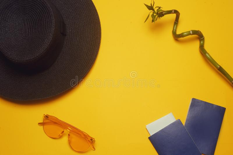 courses Chapeau, 2 passeports, billets d'avion et verres sur un fond orange Place vide pour le texte Remises de voyage photo stock