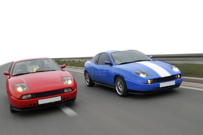 Courses d'automobiles de ajustement en bas de l'omnibus photo stock