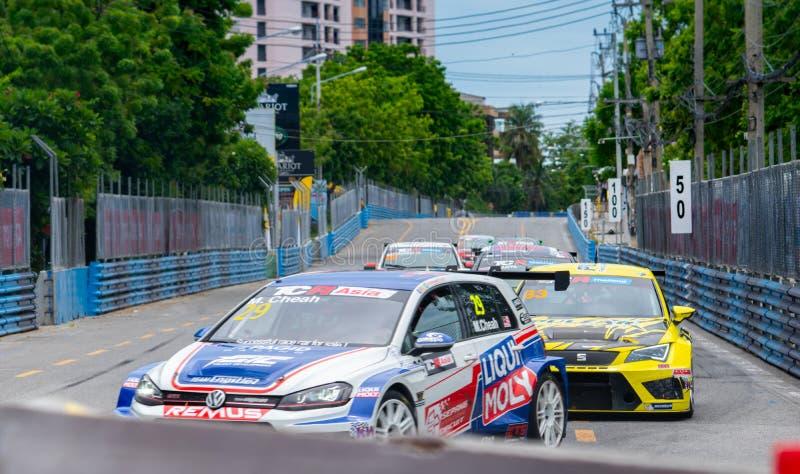 Courses d'automobiles de Volkswagen et de Fiat sur le champ de courses dans Bangsaen Grand Prix 2018 près de plage de Bangsaen en photos stock