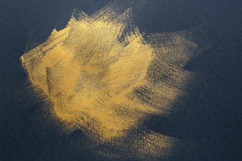 Courses de peinture d'or sur le fond foncé image libre de droits