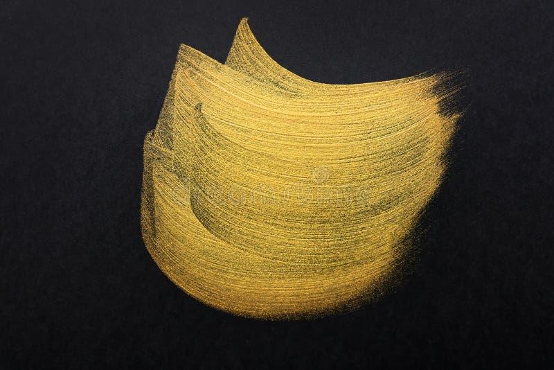 Courses de peinture d'or sur le fond foncé image stock