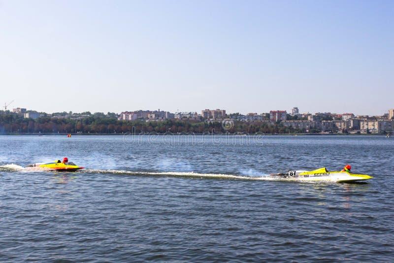 Courses des aérolithes d'eau-moteur sur le lac images stock