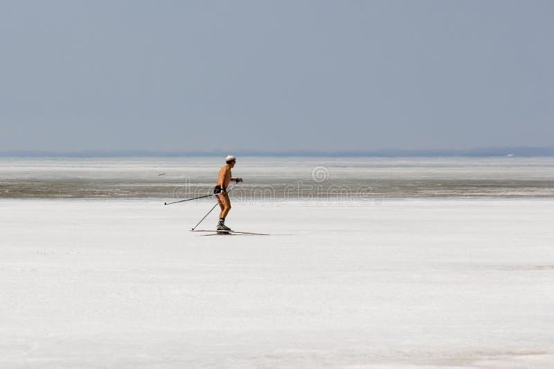 Courses sans chemise de skieur sur la glace congelée du réservoir d'Ob photos libres de droits