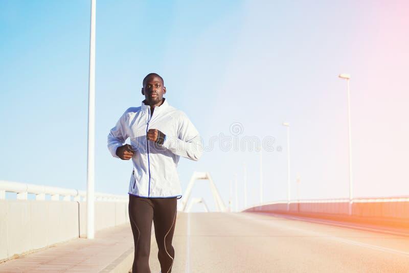 Courses sexy attrayantes de fonctionnement d'homme de couleur à l'aube image libre de droits