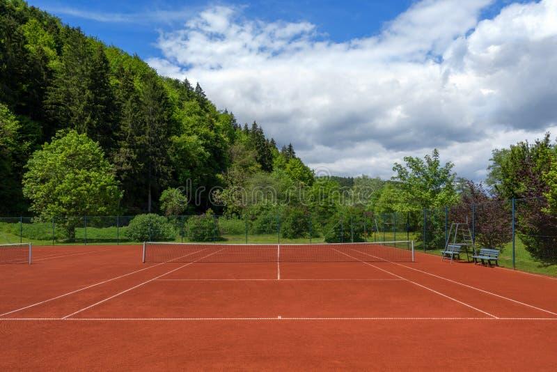 Court de tennis tiré propre après la révision de ressort photographie stock
