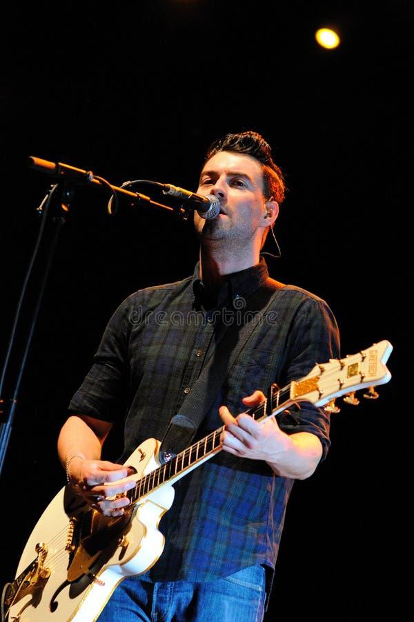 Courteenersen (den indie rockbandet som bildas i Middleton, större Manchester) utför på Palau Sant Jordi royaltyfri bild