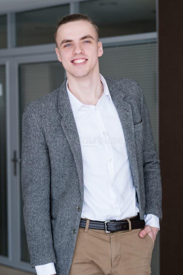 Courtier réussi de sourire de banquier d'homme d'affaires photographie stock