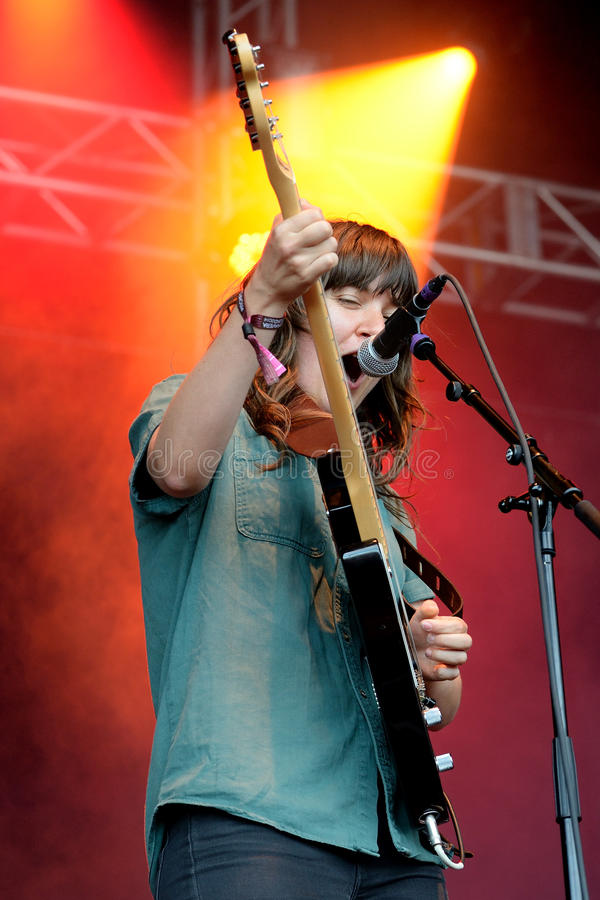 Courtney Barnett-Sänger und E-Gitarren-Spieler im Konzert bei Heineken Primavera klingen 2014 stockbild