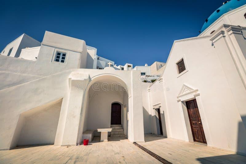 Courtyard della chiesa cristiana di St. Gerasimos nella famosa località turistica di Fira, isola di Santorini, Grecia immagine stock libera da diritti