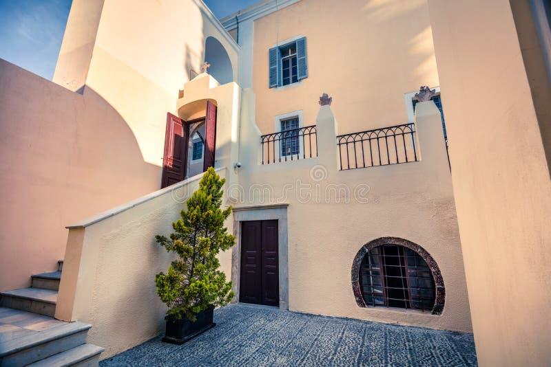 Courtyard della chiesa cristiana di St. Gerasimos nella famosa località turistica di Fira, isola di Santorini, Grecia fotografia stock