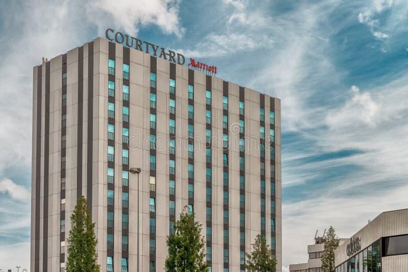 Courtyard marriott amsterdamhotell, moderna kontorsbyggnader, affärsdistriktet Amsterdam Arena park, Southeast, moody cloudy sky arkivfoton