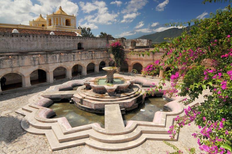 Courtyard nella Chiesa della Merced con la più grande fontana d'acqua di Antigua, Guatemala di Antigua fotografia stock libera da diritti