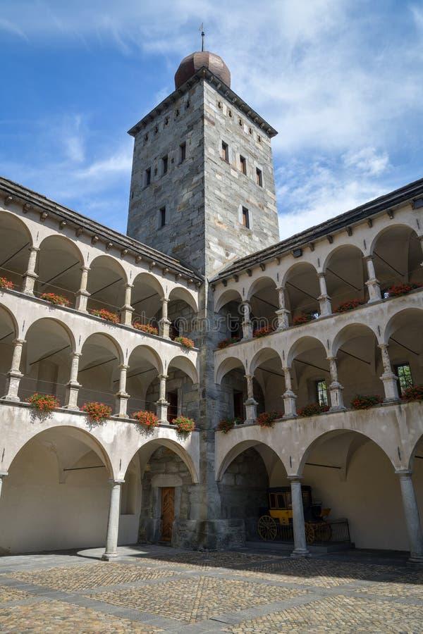 Courtyard Stockalper Schloss in Brig, Schweiz lizenzfreie stockfotografie