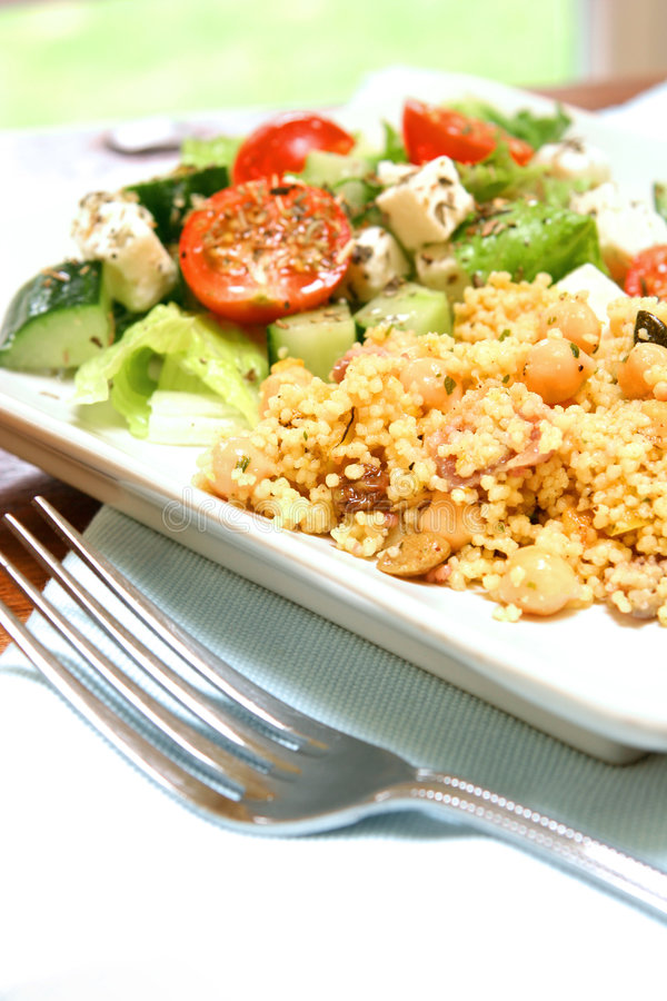 cous cous com salada grega fotos de stock royalty free