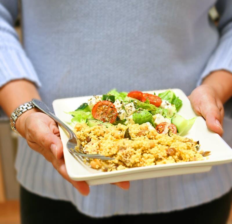 cous cous mit griechischem Salat stockbild