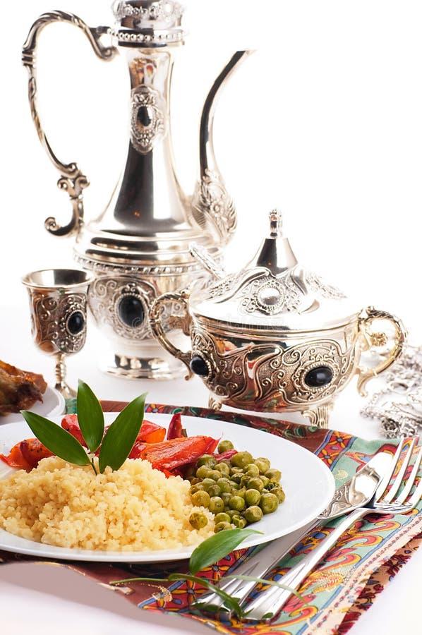 Couscous mit Grünzeugen und arabischem Tafelgeschirr stockfotos