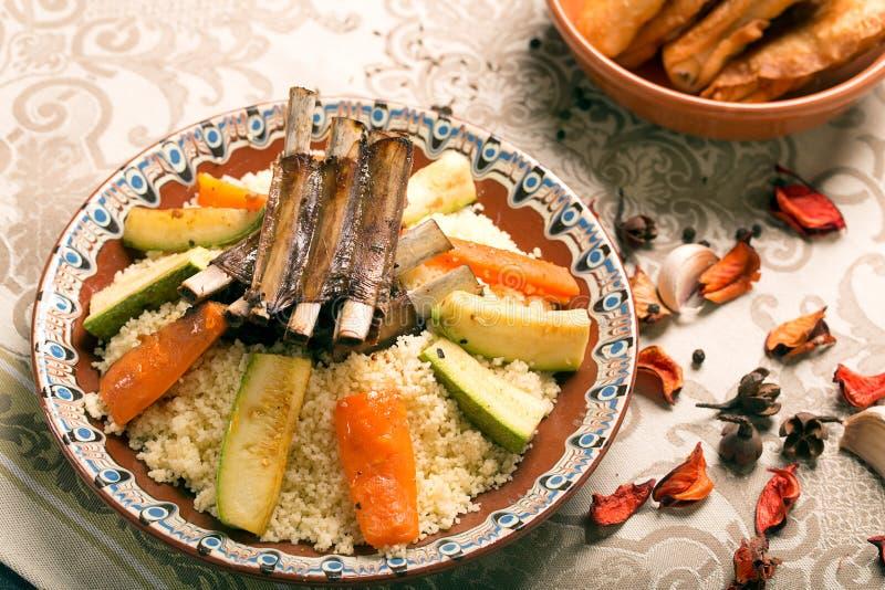 Couscous naczynie z piec na grillu barankiem fotografia royalty free