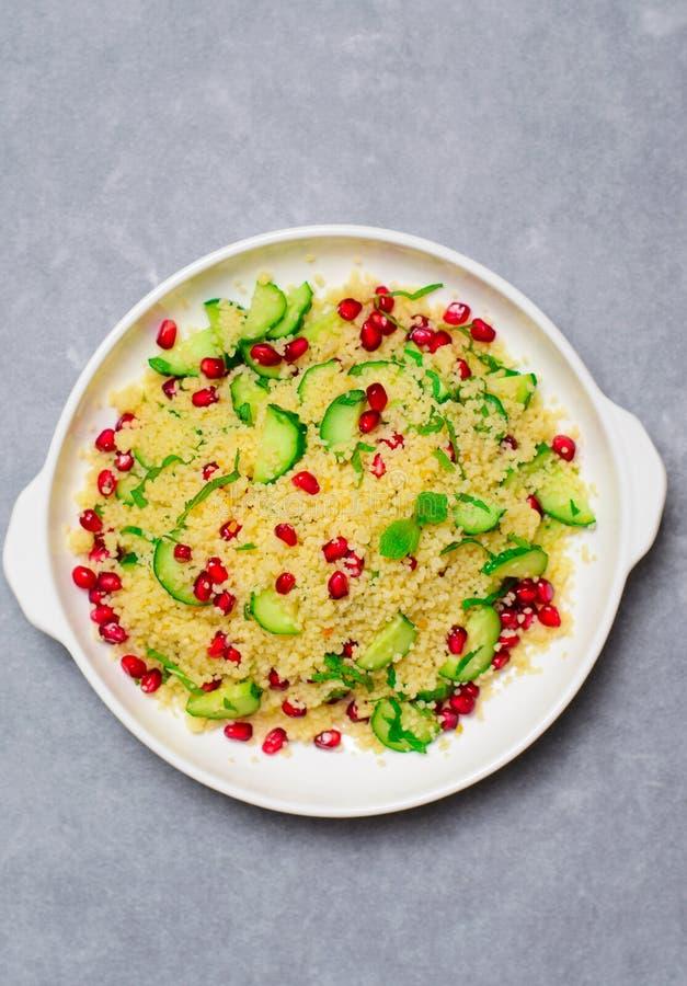 Couscous sałatka z granatowem, mennicą i ogórkami, Zdrowa sałatka, weganinu posiłek zdjęcia stock