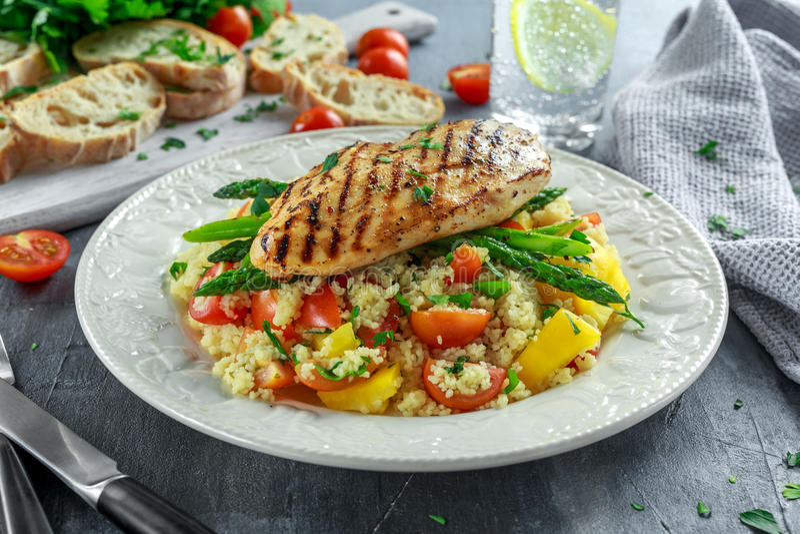Couscous sałatka z piec na grillu asparagusem na bielu talerzu i kurczakiem zdrowa żywność zdjęcia royalty free