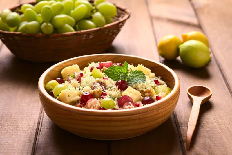 Couscous sałatka z winogronami, granatowem, dokrętkami i serem, zdjęcie stock