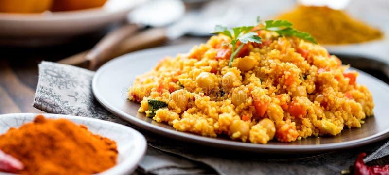Couscous végétarien fait maison délicieux avec des tomates, carottes, courgette photographie stock