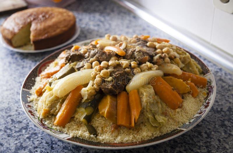 Couscousplatta med kakan på ett kök arkivfoto